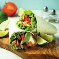 Chicken wrap met tomaat, avocado en honing-mosterddressing